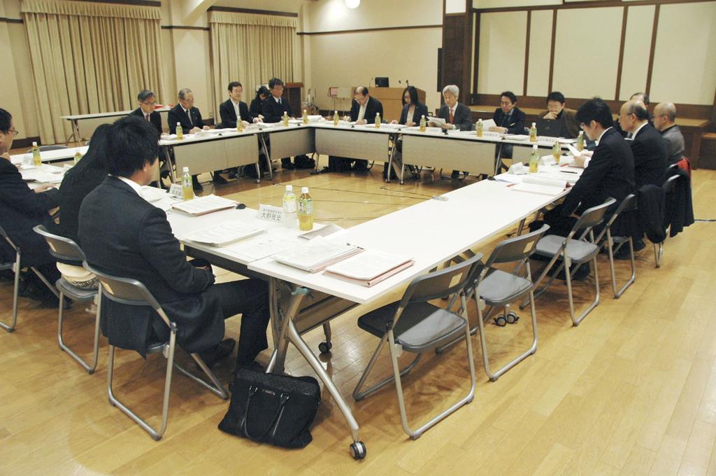 海賊版サイトの違法ダウンロード規制の在り方をめぐって議論した文化庁の有識者検討会の初会合=昨年11月