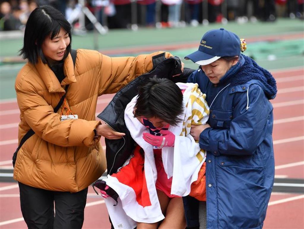 第39回大阪国際女子マラソン。13位でゴールし、泣き崩れる小原怜(天満屋)=26日、ヤンマースタジアム長居(南雲都撮影)