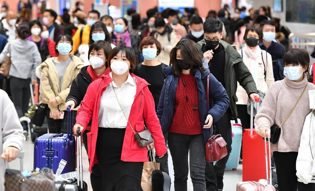 関西空港に到着した中国から来た観光客。中国で新型コロナウイルスによる肺炎が発生した影響で、マスクを着けた人の姿が目立つ=25日午後2時58分(沢野貴信撮影)
