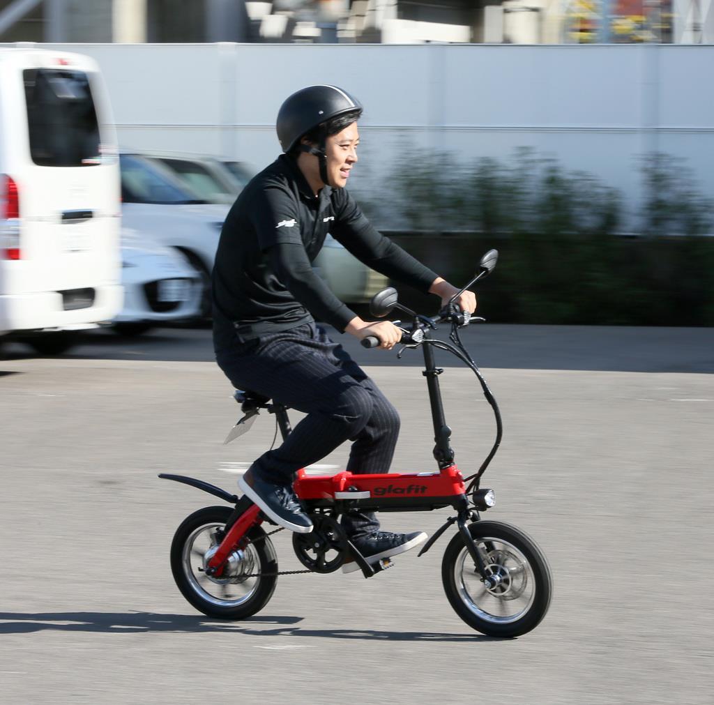 グラフィットのモペットに乗る同社の鳴海禎造CEO=和歌山市(前川純一郎撮影)
