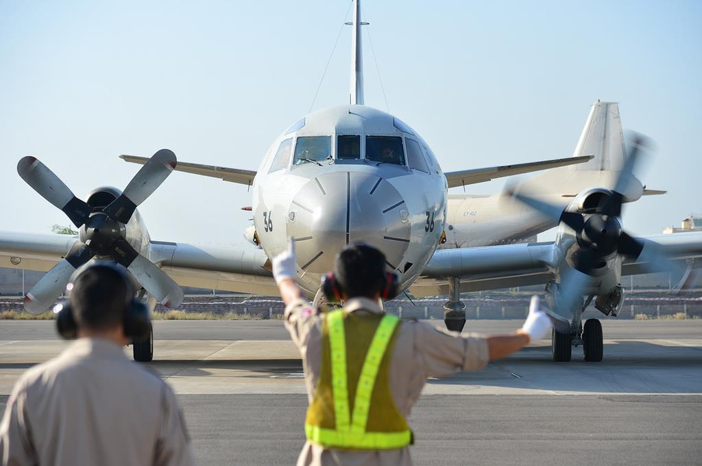 情報収集と海賊対処の活動で飛行するため、エンジンをかける海上自衛隊のP3C哨戒機=アフリカ東部ジブチ(防衛省提供)