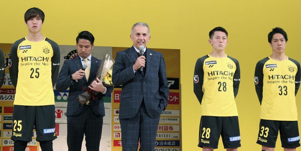 2011年に柏をJ1昇格即優勝に導いたネルシーニョ監督(中央)。今季も快挙再現に挑む