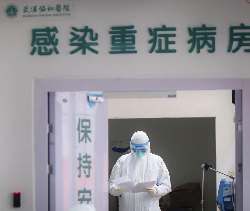 中国・武漢の病院で新型肺炎患者の対応に当たる医療従事者=28日(新華社=共同)