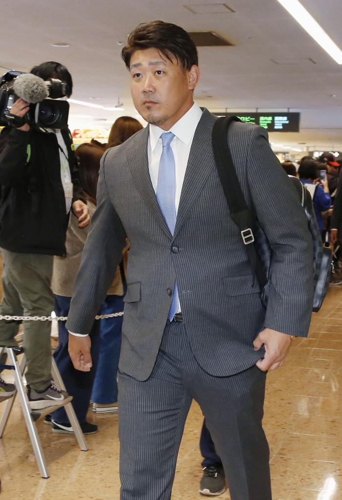 宮崎空港でのセレモニーを終え、キャンプ地に向かう西武・松坂=31日、宮崎空港