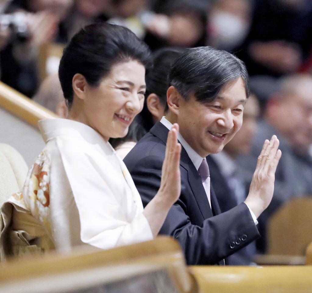 大相撲初場所を観戦のため、両国国技館を訪問された天皇、皇后両陛下=25日午後、東京都墨田区