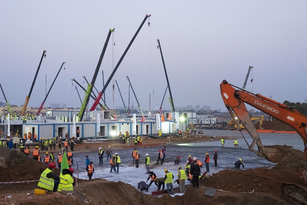 中国・武漢で建設されている臨時病院の建設現場=30日(AP)