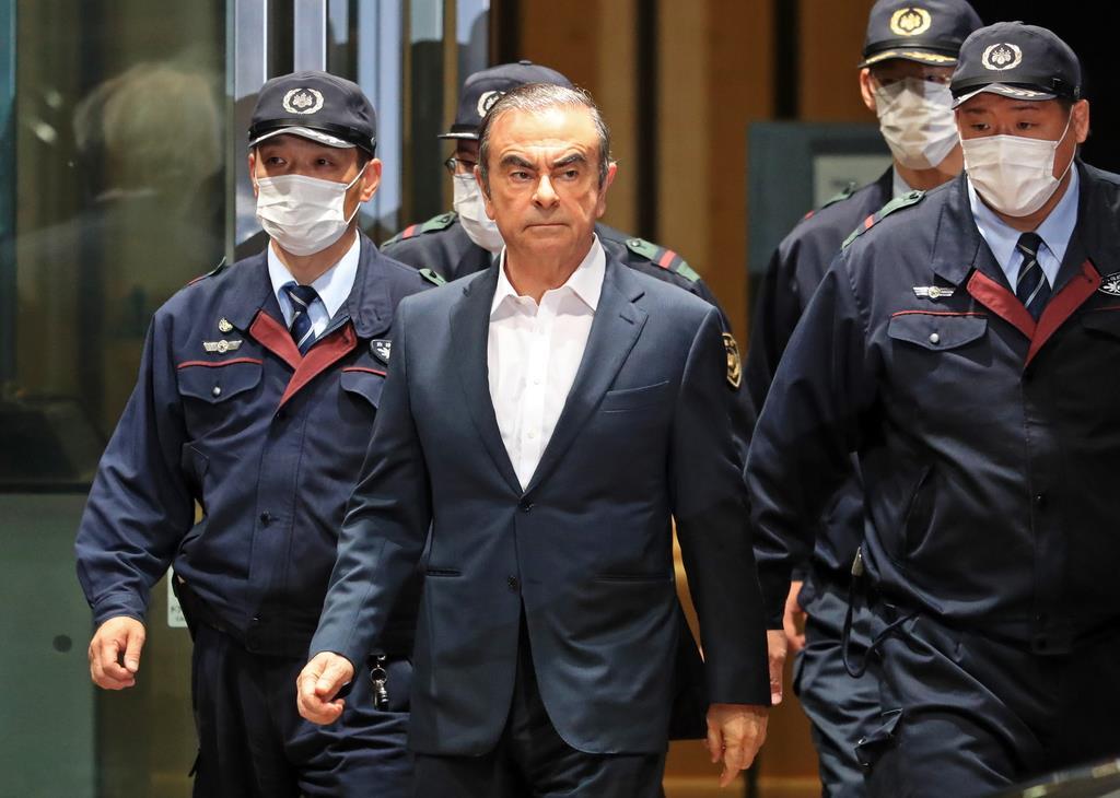 保釈され、東京拘置所を出るカルロス・ゴーン被告(中央)=昨年4月25日午後、東京都葛飾区(桐原正道撮影)