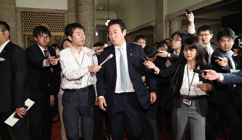 関係する企業が東京地検特捜部の家宅捜索を受け、記者団から質問される自民党・秋元司衆議院議員=令和元年12月9日午後、国会内(春名中撮影)