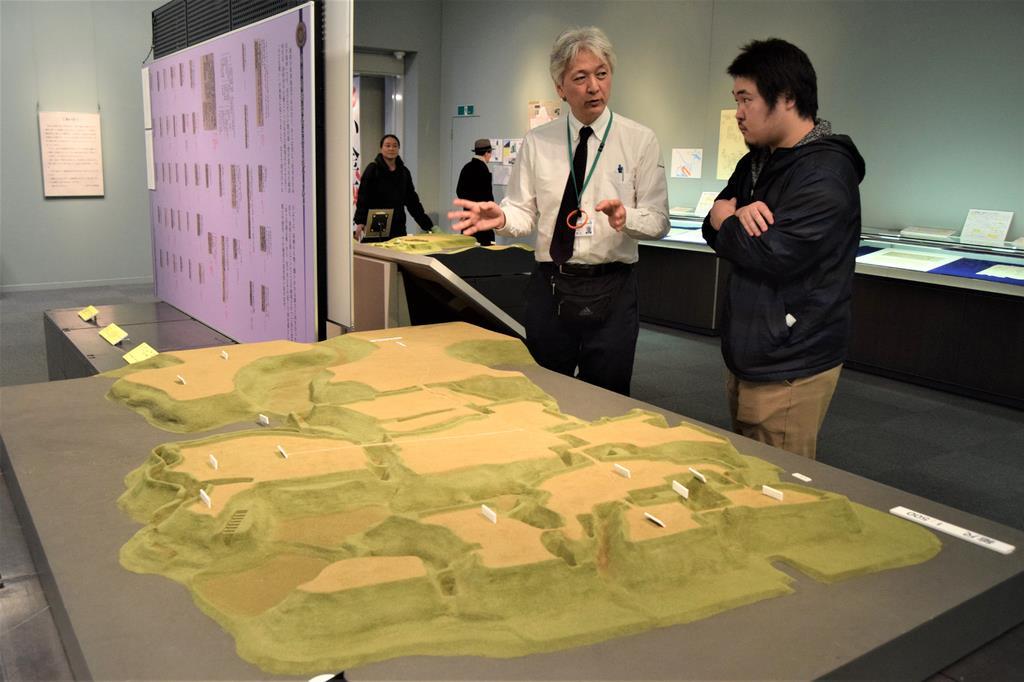 小金城は東西800メートル、南北600メートルで東京ディズニーランドに匹敵する大きさ。500分の1模型でその大きさを実感できる=千葉県松戸市の同市立博物館(江田隆一撮影)