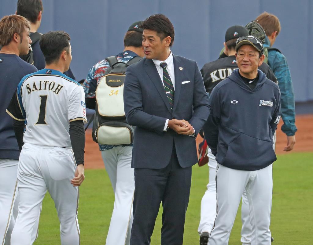 視察に訪れた稲葉篤紀日本代表監督(中)は栗山英樹監督(右)としばし談笑。斎藤佑樹(背番号1)とあいさつをかわす一幕も=タピックスタジアム名護(尾崎修二撮影)