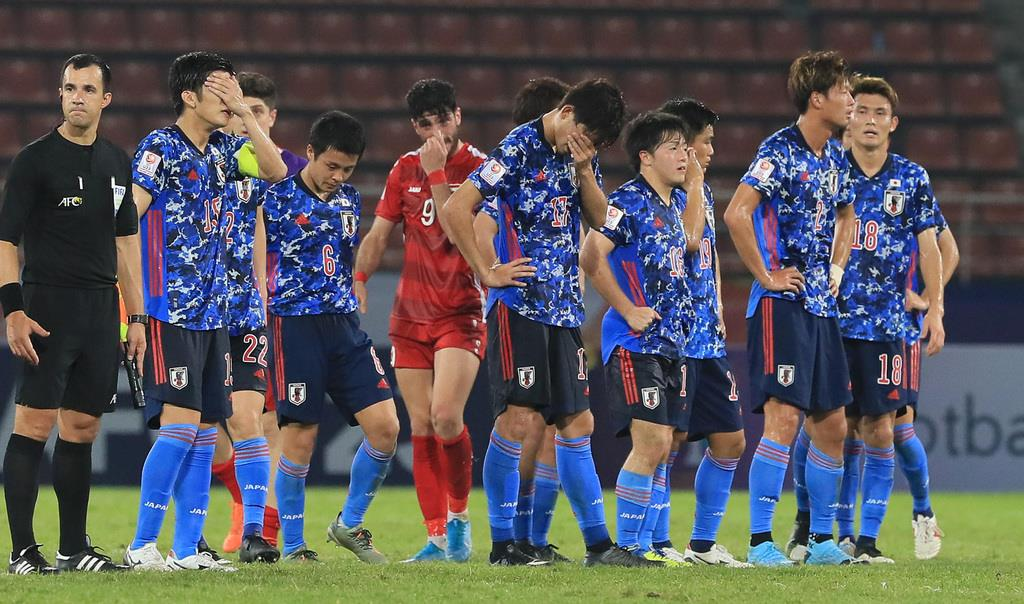 シリア戦の敗戦で1次リーグ敗退が決まってうなだれるU23日本代表の選手たち(中井誠撮影)