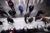 米アイオワ州党員集会、脱落候補の支持者奪い合い