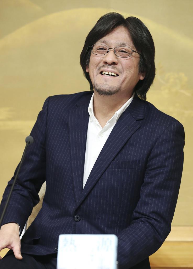 第162回直木賞に決まり、記者会見する川越宗一さん=1月15日夜、東京都内のホテル
