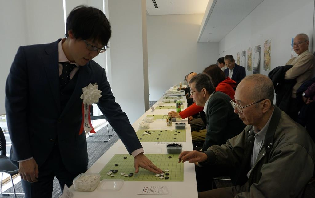 囲碁ファンらと交流する井山裕太3冠(左) =大阪府東大阪市