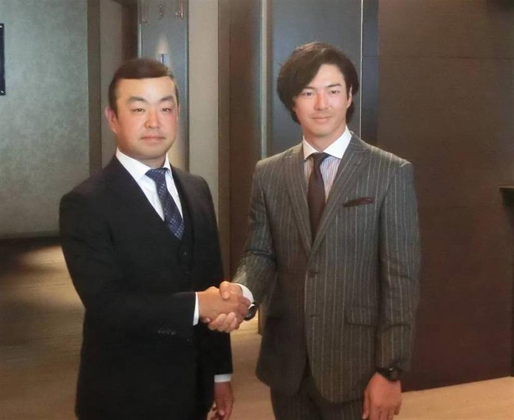 ジャパンゴルフツアー選手会の新会長に選出された時松隆光(左)と副会長になった石川遼=1月23日、東京都港区