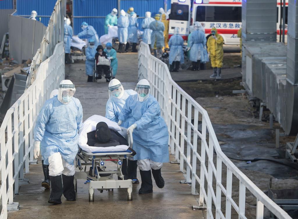 突貫工事で新設された「火神山医院」に新型肺炎患者を運び込む医療関係者ら=4日、中国・武漢(新華社=共同)