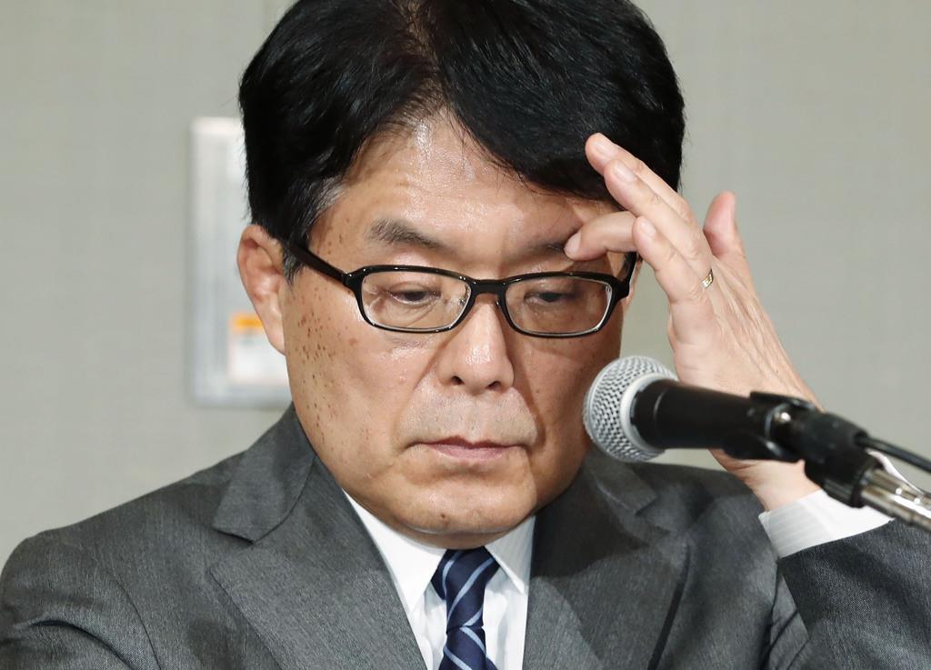 記者会見中、資料に目を通す日本郵政の増田寛也社長=1月31日午後、東京都内のホテル