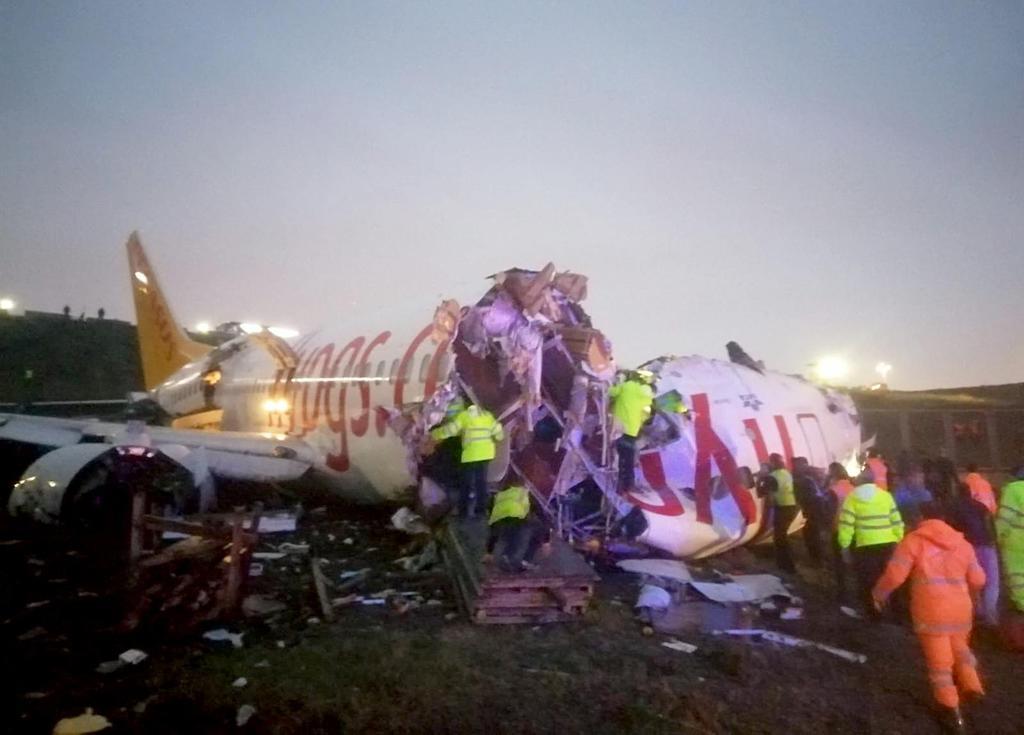 トルコ旅客機大破3人死亡 着陸失敗179人負傷
