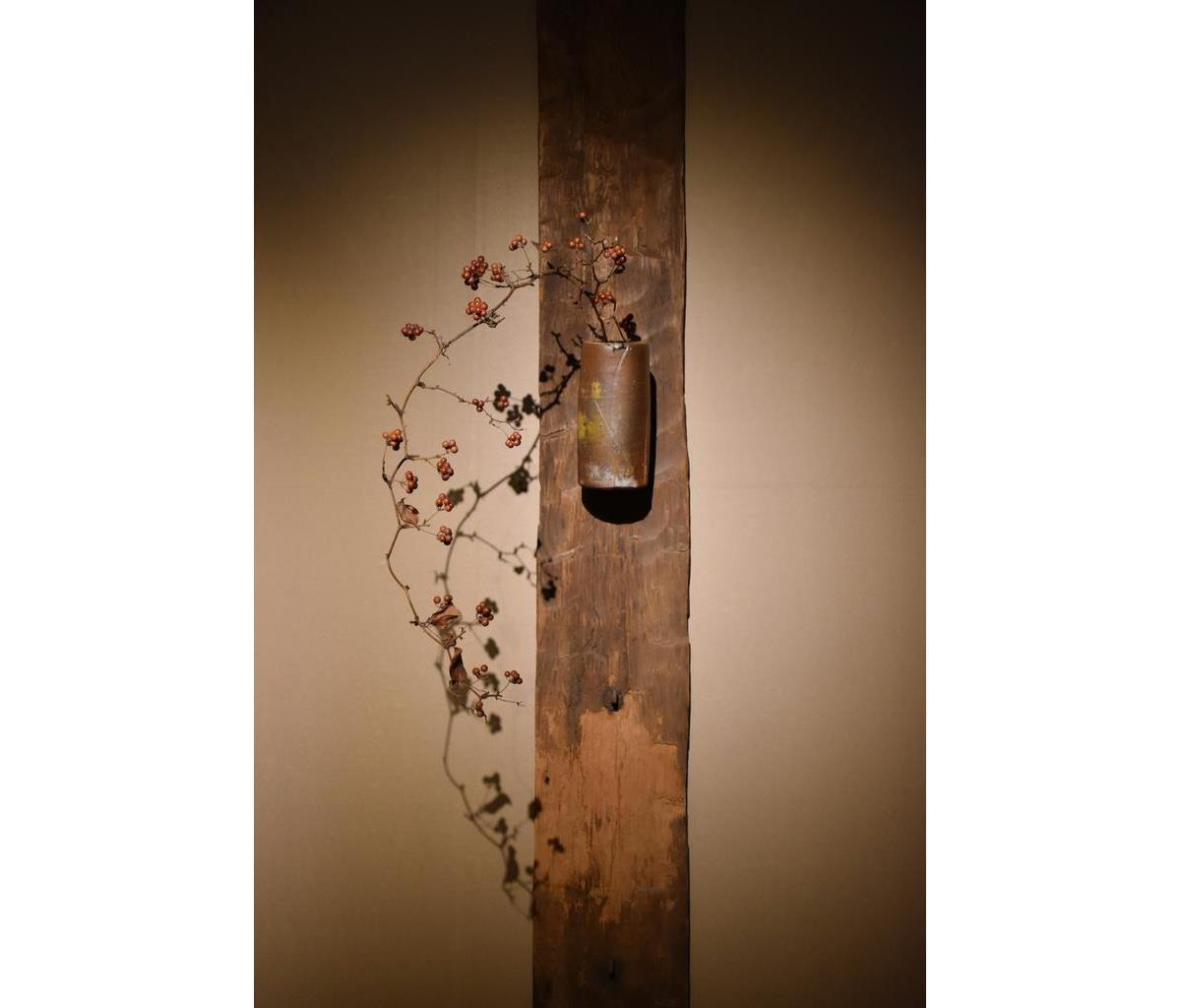 「備前筒花入」(昭和32年)。益田鈍翁旧蔵の東大寺古材と取り合わせた展示