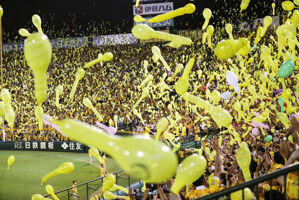 2019年8月、公式戦でジェット風船を飛ばして盛り上がる阪神ファン=甲子園球場
