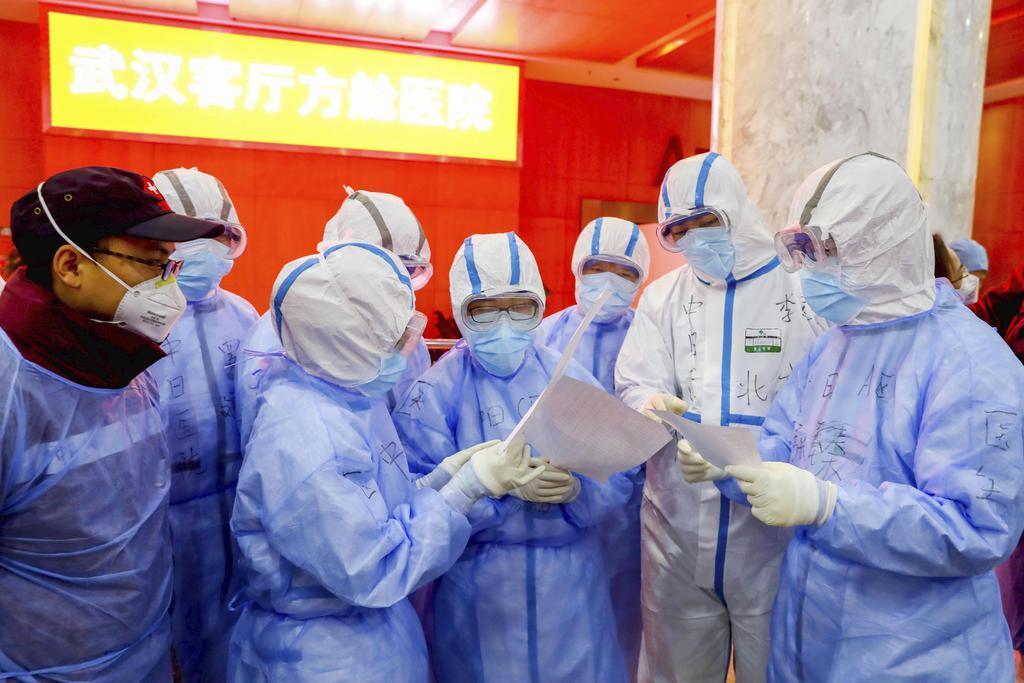 中国・武漢に臨時に設置された病院で新型肺炎患者の対応に当たる医療関係者ら=7日(共同)