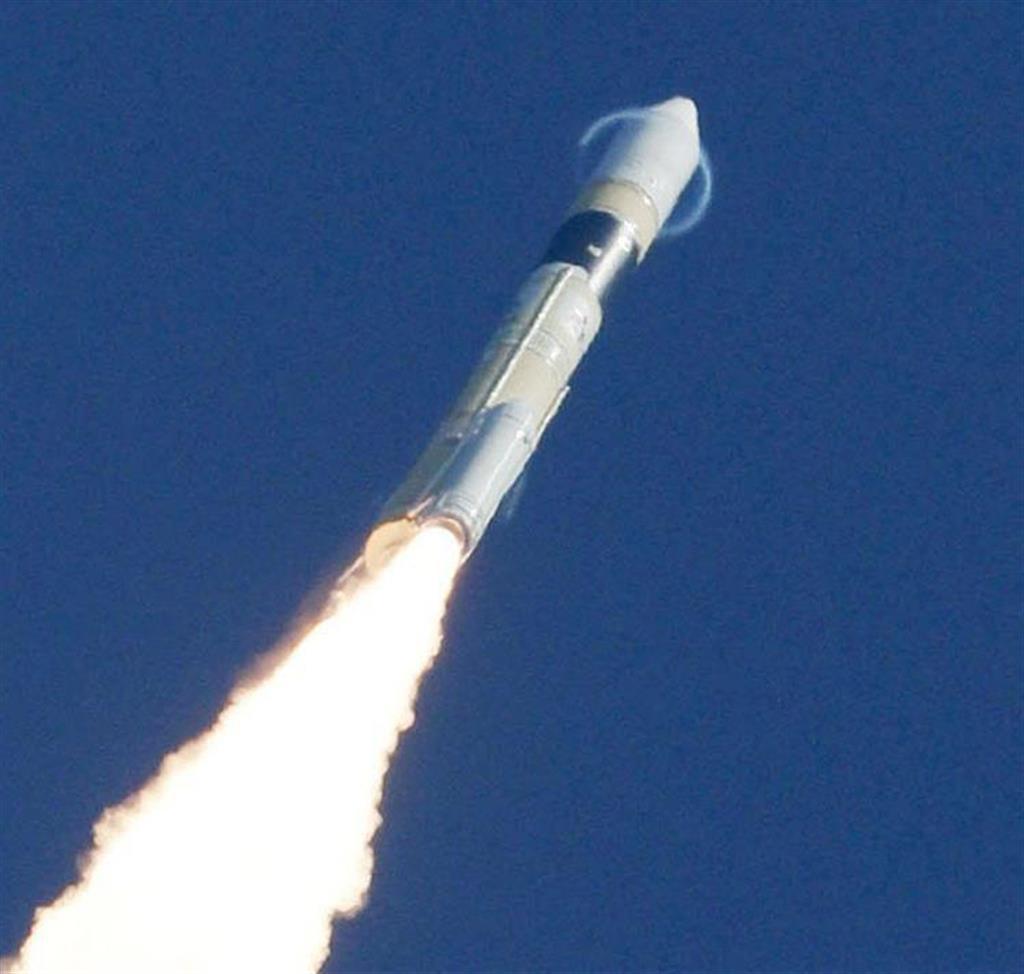 情報収集衛星「光学7号機」を載せ、打ち上げられたH2Aロケット41号機。急上昇により先端部にリング状の雲が現れた=9日午前10時34分、鹿児島県の種子島宇宙センター