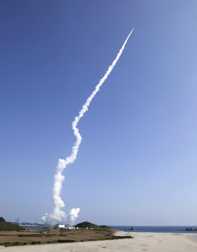 鹿児島県の種子島宇宙センターから打ち上げられ、白煙を残し上昇するH2Aロケット41号機=9日午前10時34分