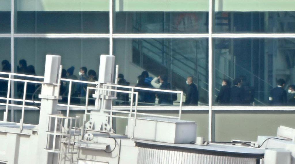 中国・武漢から羽田空港に到着したチャーター機第4便から降りる人たち=7日午前、東京・羽田空港(鴨川一也撮影)