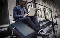 移動しながら充電可能!ソーラーパネルを搭載し、災害時にも役立つバッグ