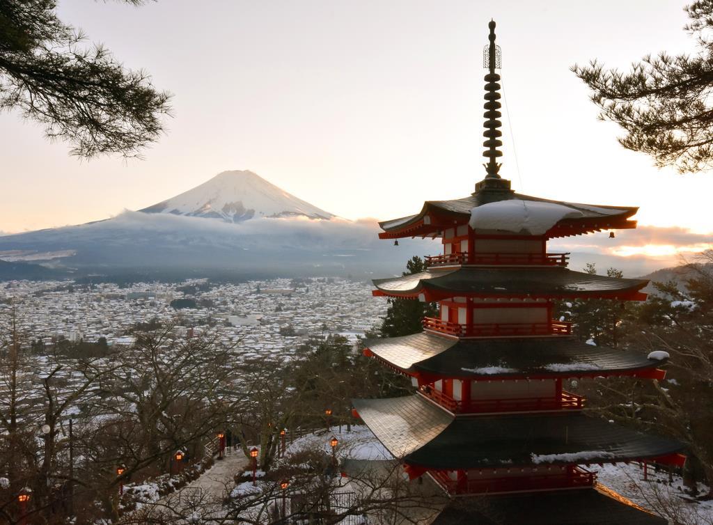 山梨県富士吉田市の新倉山浅間公園から望む富士山。県は登山登山鉄道構想を議論している=令和元年12月(渡辺浩撮影)