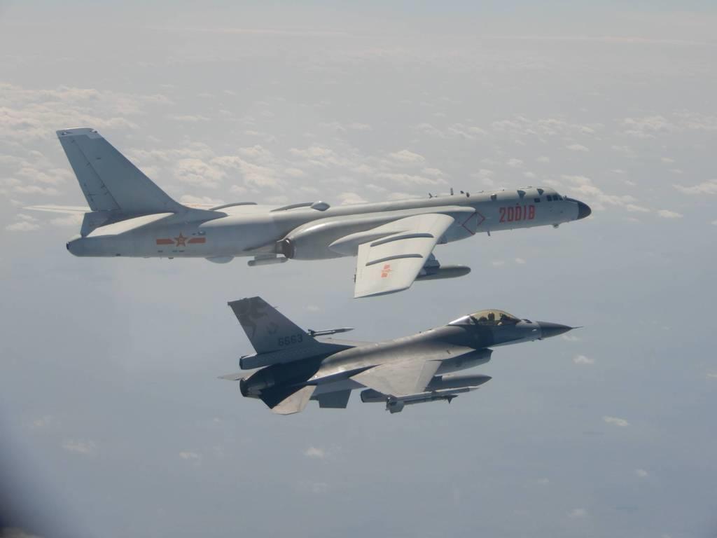 10日、中国軍のH6爆撃機(左)に接近して飛行する台湾空軍のF16戦闘機(台湾・国防部提供)
