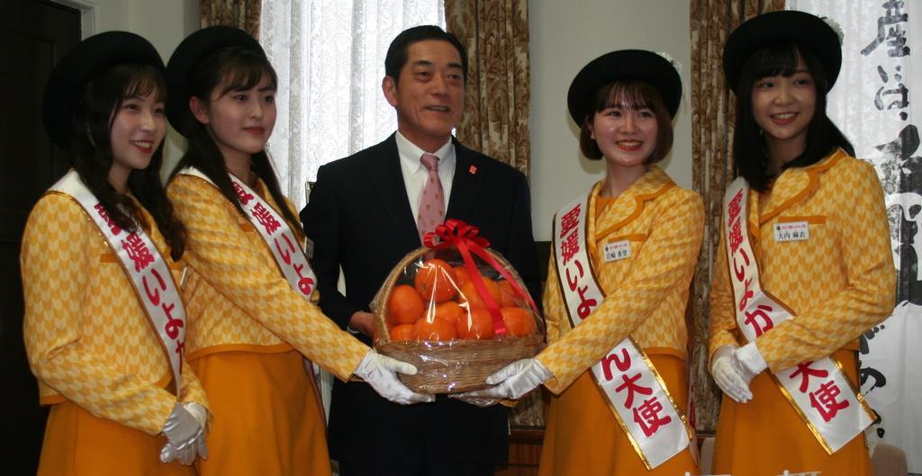 「愛媛いよかん大使」の4人に囲まれる愛媛県の中村時広知事