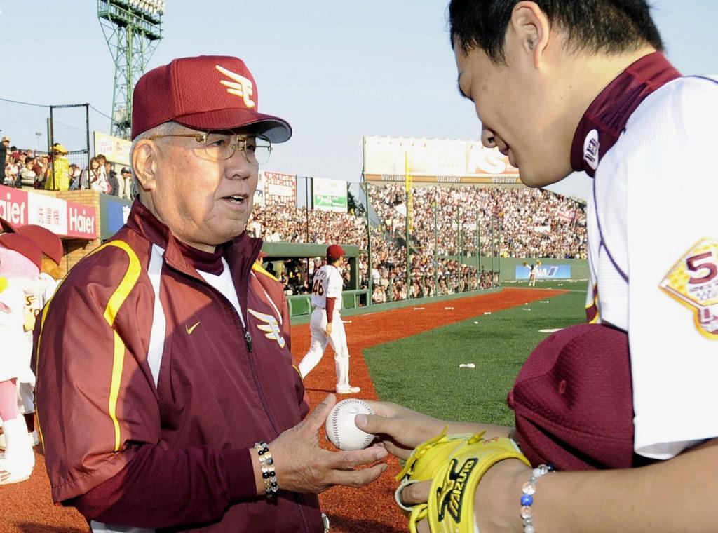 2009年4月、監督通算1500勝を達成し、田中将大投手(右)からウイニングボールを受け取る楽天・野村克也監督=Kスタ宮城