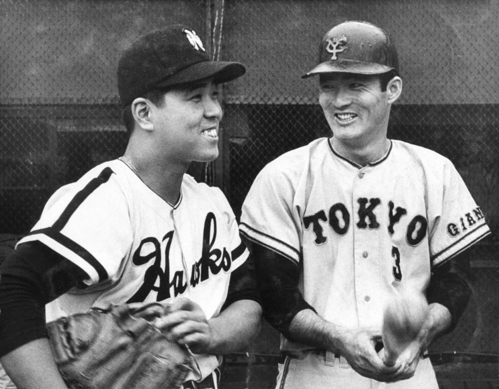 1961年10月、日本シリーズ前の練習で談笑する巨人・長嶋茂雄選手(右)と南海・野村克也選手=大阪球場