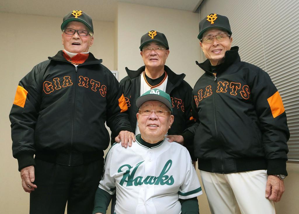 平成30年2月、巨人とホークスのOB戦を前に、野村克也さん(手前)と記念撮影する(左から)長嶋茂雄さん、張本勲さん、王貞治さん=宮崎市