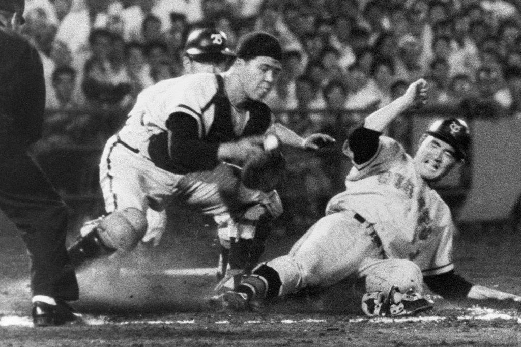 1960年7月、オールスター戦で、巨人・長嶋を本塁でタッチアウトにする南海・野村克也捕手=後楽園