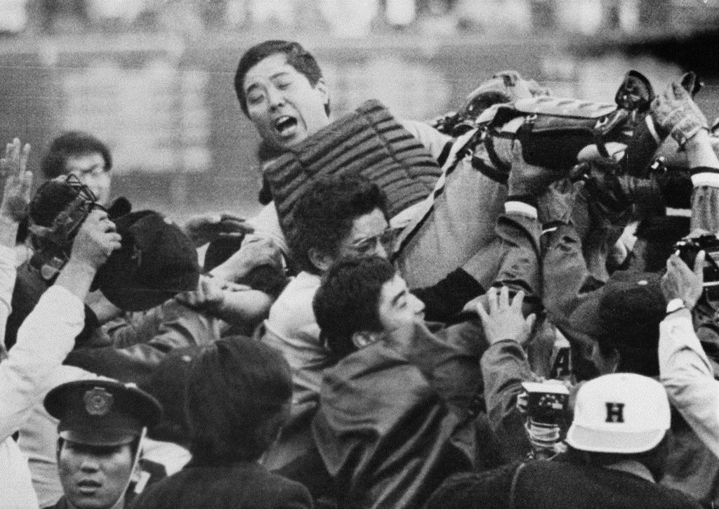 昭和48年10月、南海がリーグ優勝。選手やファンに胴上げされる野村克也さん