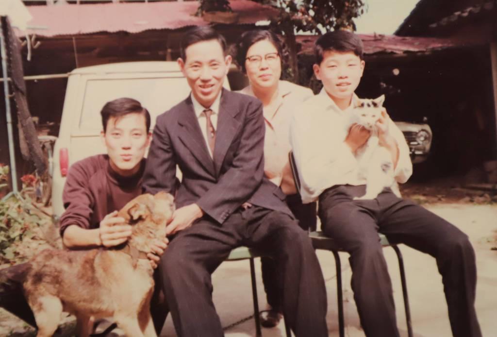 中学生のころ、長野県更埴市(当時)の自宅で(左から)兄、父親、母親と
