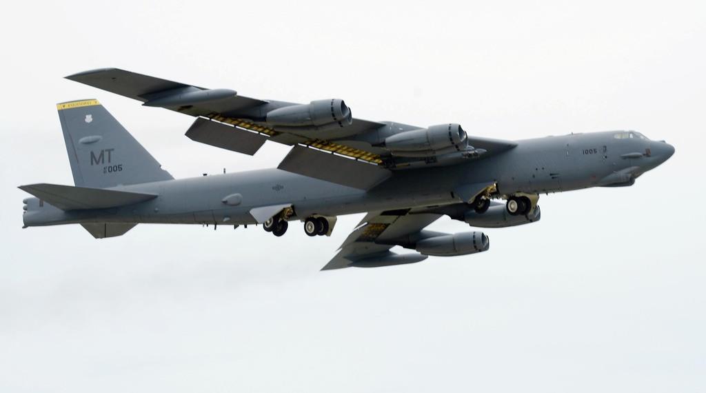 大型戦略爆撃機のB52=米グアムのアンダーセン空軍基地(米軍提供)
