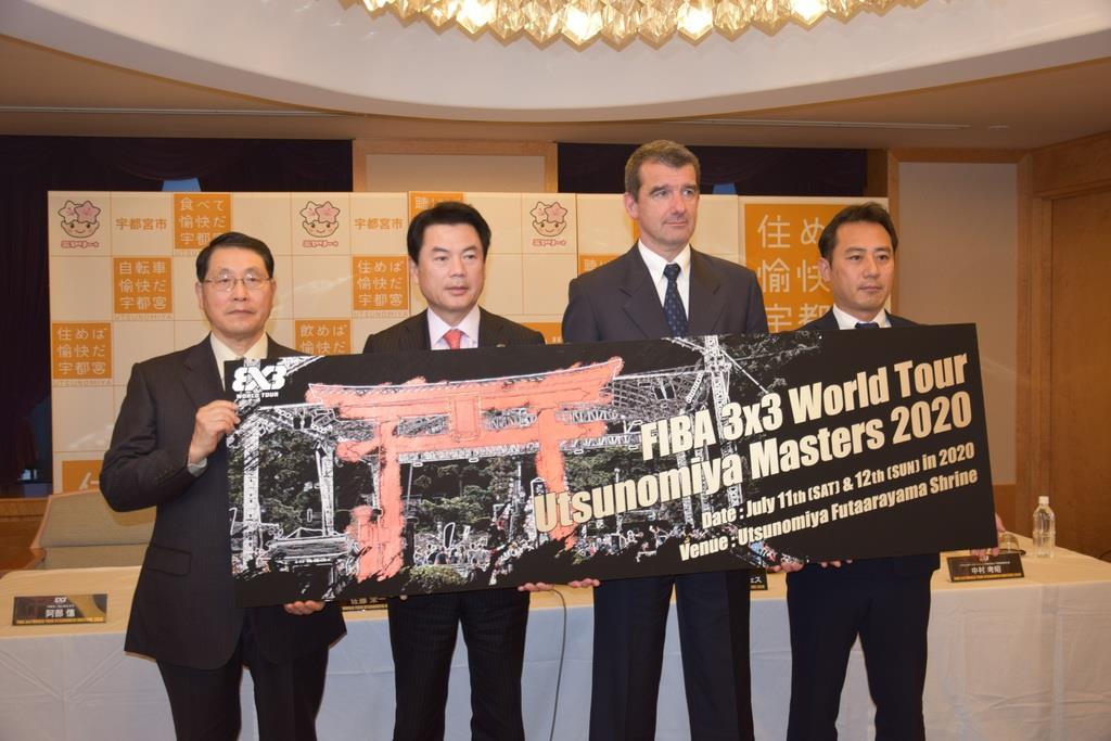 「ワールドツアー宇都宮マスターズ2020」開催と五輪事前キャンプ実施を発表した佐藤栄一市長(左から2人目)ら=宇都宮市役所