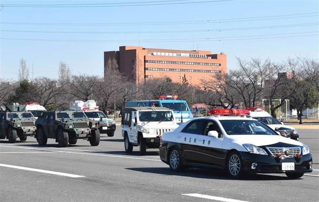 埼玉県警のパトカーに先導される自衛隊車両=13日午前、陸上自衛隊朝霞訓練場(内田優作撮影)