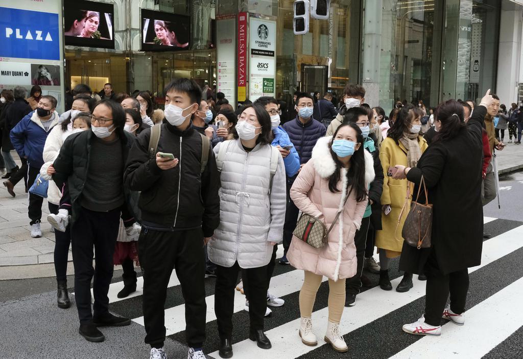 新型肺炎の感染拡大が懸念される中、東京・銀座ではマスク姿の人々が目立った