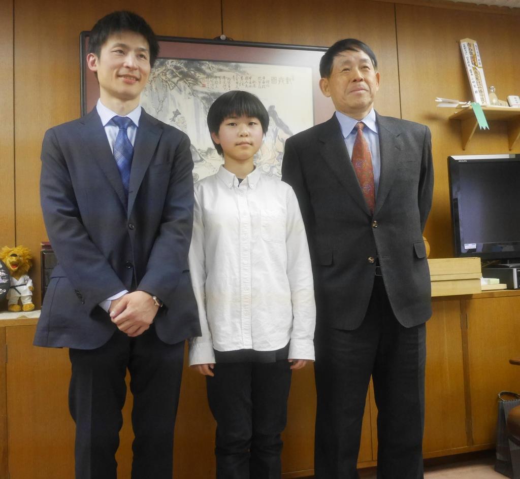 プロ入りを決めた張心澄さん(中央)は父の張栩九段(左)、祖父の小林光一名誉棋聖(右)に祝福された