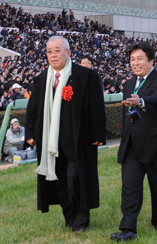 第54回有馬記念の表彰式でプレゼンンターを務めた野村克也氏(左) =平成21年12月、中山競馬場(宮川浩和撮影)