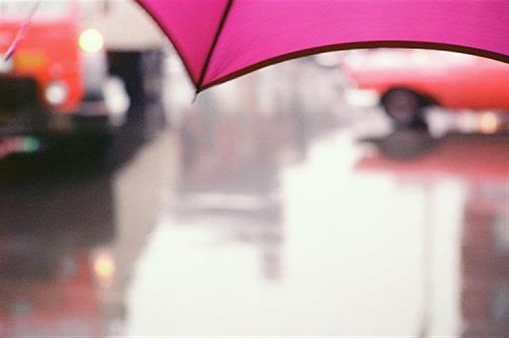 「薄紅色の傘」1950年代、発色現像方式印画(C)Saul Leiter Foundation