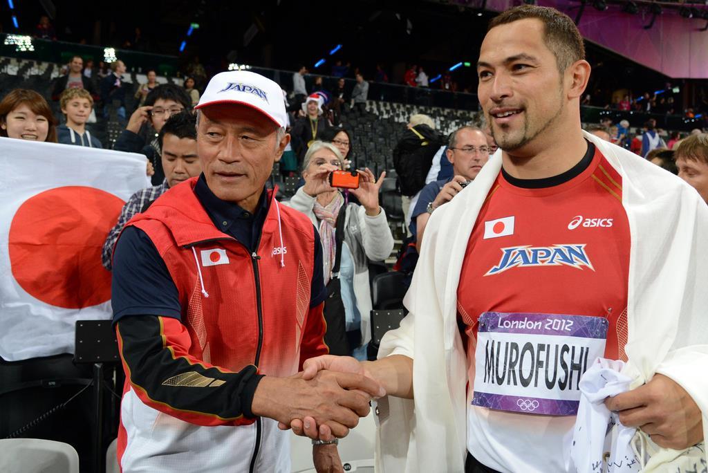 ロンドン五輪の男子ハンマー投げで2大会ぶりのメダルを獲得した室伏広治さん(右)は、父の重信さんとがっちり握手を交わした