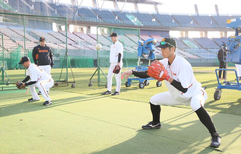 巨人の宮崎キャンプで、早出練習を行う若林晃弘(右)と吉川尚輝(中井誠撮影)