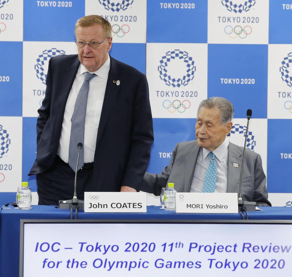 記者会見に臨むIOCのコーツ調整委員長。右は大会組織委の森喜朗会長=14日午後、東京都中央区