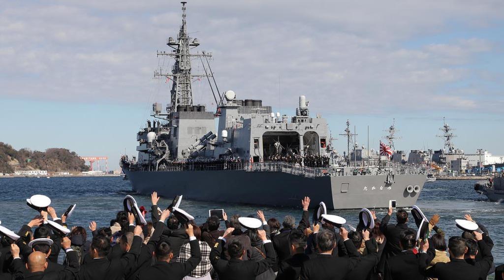 今月2日、中東へ向け海自横須賀基地を出港した海上自衛隊の護衛艦「たかなみ」=神奈川県横須賀市(川口良介撮影)