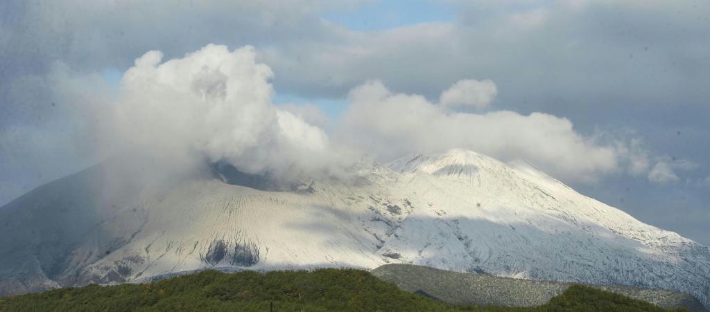 桜島、白く化粧 鹿児島で初雪観測